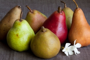 Various fresh whole pears.